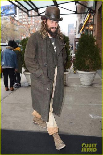 jason-momoa-shows-off-his-unique-style-while-out-to-lunch-with-lisa-bonet2-08