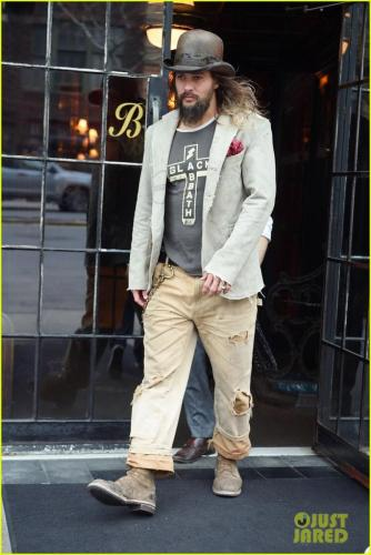 jason-momoa-shows-off-his-unique-style-while-out-to-lunch-with-lisa-bonet2-13