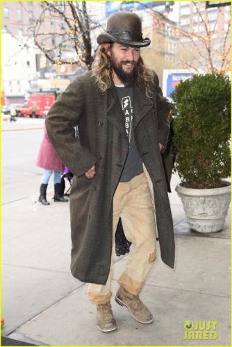 jason-momoa-shows-off-his-unique-style-while-out-to-lunch-with-lisa-bonet2-09